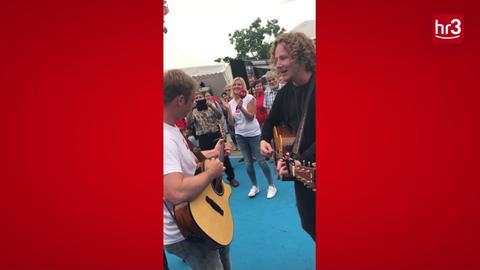 Michael Schulte und Tobi überraschen Hessentagsbesucher mit Spontan-Konzert