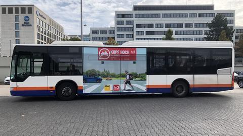 Kopf hoch auf dem Bus