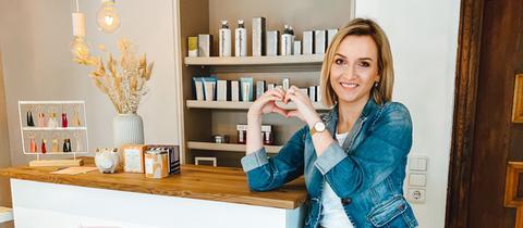 Happy Home Gewinnerin Julia vor ihrem Schönmalerhäuschen