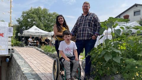 Mama Monika, Papa Andreas und Fabian auf der neuen Rollstuhlrampe