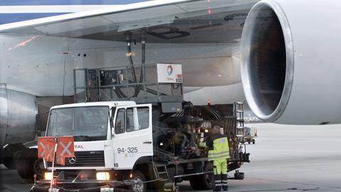 Ein Flugzeug wird am Frankfurter Flughafen betankt