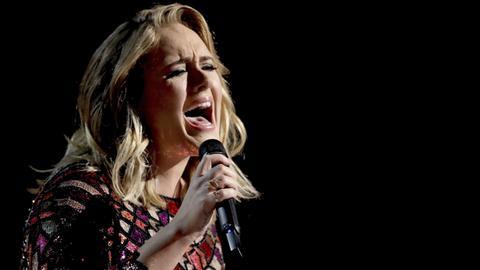 Die britische Sängerin Adele 2017 bei der 59. Verleihung der Grammy Awards in Los Angeles.