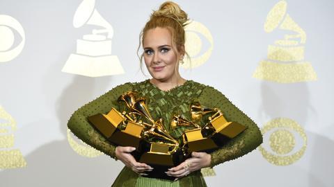 Adele zeigt 2017 während der 59. Verleihung der Grammy Awards ihre fünf Awards.