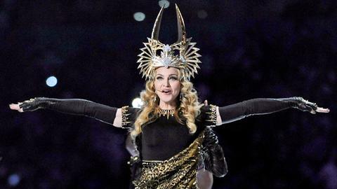 Eine atemberaubende Kleopatra-Krone trägt Madonna 2012 bei ihrem Auftritt in der Halbzeitpause des Super Bowls.