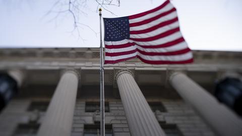 USA, Washington D.C.: Eine amerikanische Flagge weht vor dem Besucherzentrum des Weißen Hauses.