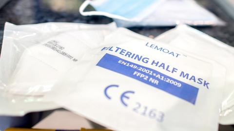 Verpackte FFP2-Masken liegen in einer Apotheke auf dem Verkaufstresen.