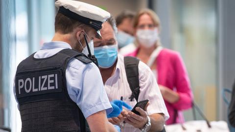 Die Bundespolizei kontrolliert am Flughafen Frankfurt.