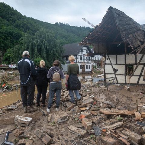 Die Menschen schauen im Kreis Ahrweiler nach dem Unwetter auf die Zerstörungen.
