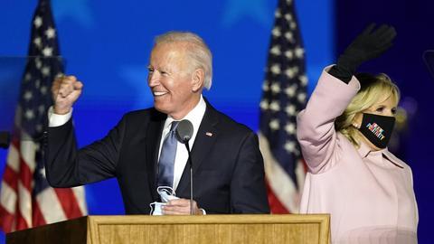 Der demokratische Präsidentschaftskandidat Joe Biden spricht neben seiner Frau Jill Biden zu seinen Anhängern.