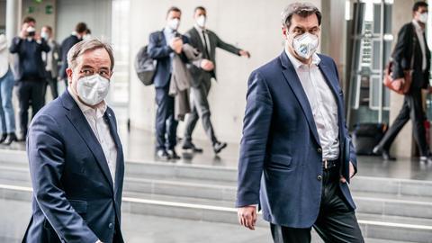 Markus Söder und Armin Laschet auf dem Weg zu einer Pressekonferenz.