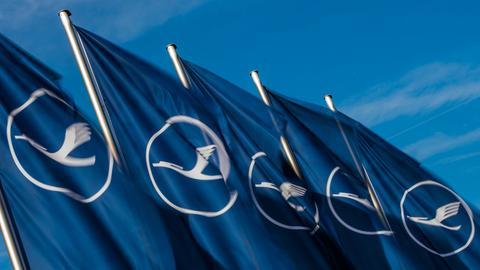 Fahnen mit dem Logo der Lufthansa wehen im Wind