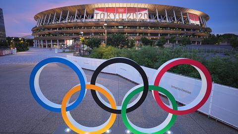 Die olympischen Ringe stehen vor dem Olympiastadion in Tokyo