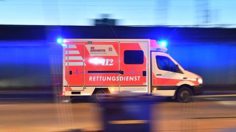 Ein Rettungswagen fährt mit Blaulicht zu einem Einsatz