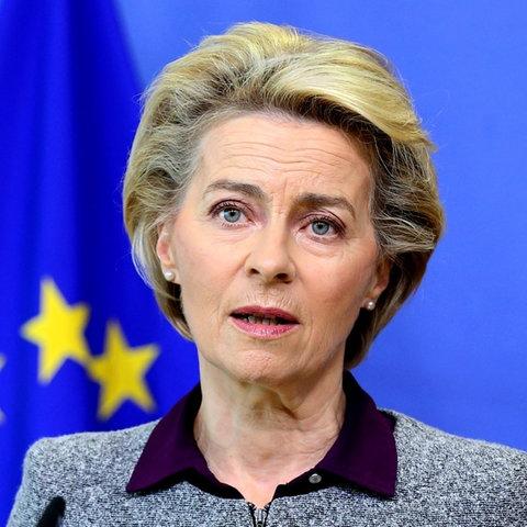 Ursula von der Leyen (CDU), Präsidentin der Europäischen Kommission, spricht auf einer Pressekonferenz im EU-Hauptquartier.