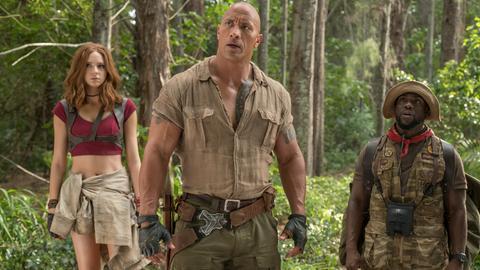"""Karen Gillan (als Ruby Roundhouse, l-r), Dwayne Johnson (als Dr. Smolder Bravestone) und Kevin Hart (als Moose Finbar)   in einer Szene des Films """"Jumanji: Willkommen im Dschungel"""""""