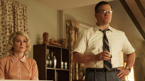 """Matt Damon (als Gardner Lodge, r) und Julianne Moore (Margaret) in einer Szene des Films """"Suburbicon""""."""