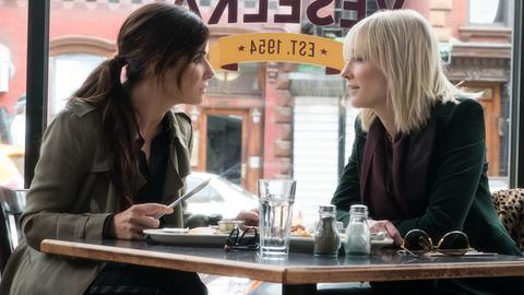 Filmszene aus Ocean's 8 mit Sandra Bullock und Cate Blanchett