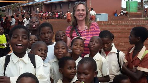 Karin Kedem mit Kindern in Südafrika