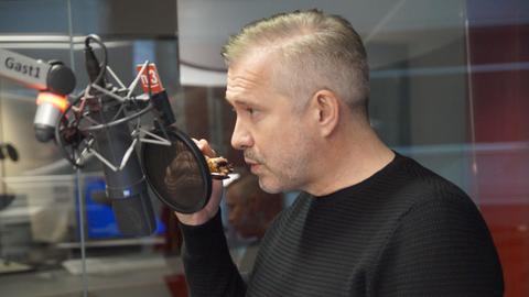 Alexander Herrmann probiert Tanjas Schlonz