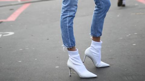 Elena Perminova trägt eine Cropped Jeans auf der Pariser Fashion Week