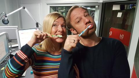 Tobi und Tanja testen die Koffein-Zahnpasta