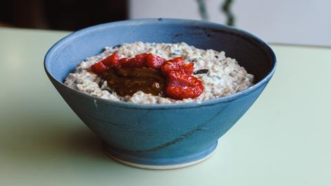 Porridge mit Erdbeeren
