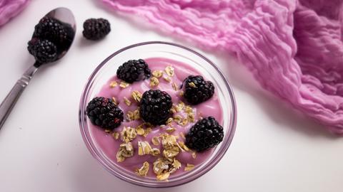 Dinkelflocken-Joghurt mit Brombeeren