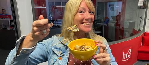 Tanja preist ihr Quinoa Porrige an - und Tobi schmeckt's!
