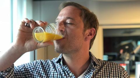 """Tobi Kämmerer trinkt Tanjas speziellen Smoothie , den """"Tropical Tobi"""""""