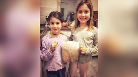 Sofija hält gemeinsam mit ihrer Schwester Maria ihren Wunschzettel