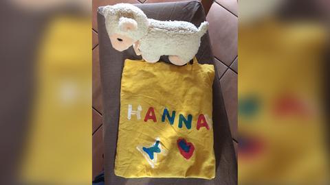 """Gelber Beutel mit der Aufschrift """"Hanna"""" und ein Kuschelschaf"""