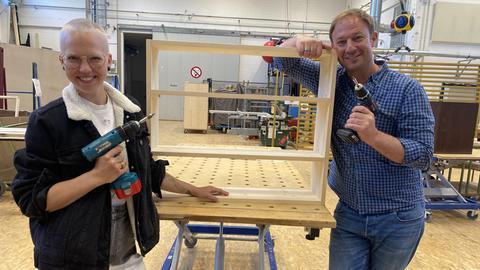 Tobi und Stefanie Heinzmann bauen in der hr Werkstatt ein Regal