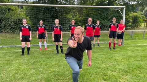 Tobi und die Spielerinnen der Mädchenfußballmannschaft des TSV Höchst stehen vor dem Fußballtor