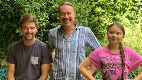 Boris Herrmann (links) segelt mit Greta Thunberg und ihrem Vater Svante nach New York.