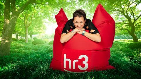 hr3 Moderatorin Julia Tzschätzsch macht es sich auf dem hr3 Lieblingspause-Sitzsack bequem.