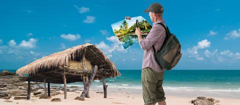 Mann vergleicht Hotel mit Bild im Katalog
