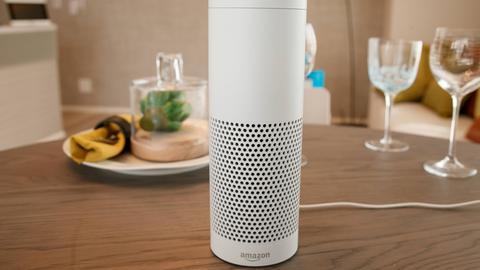 Amazon Echo steht auf dem Tisch