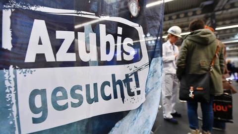 """""""Azubis gesucht"""" steht auf einem Banner am Stand beim Forum Berufsstart Mitteldeutschland."""