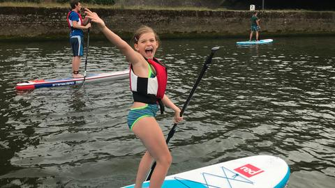 Eva-Lotte macht Stand Up Paddling