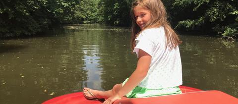 Eva-Lotte fährt Tretboot