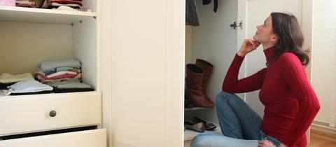 Frau mistet Kleiderschrank aus
