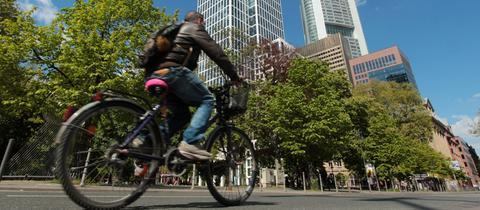 Fahrradfahrer im Bankenviertel in Frankfurt