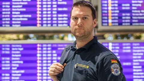 Sascha Hellmann vom THW wartet auf seinen Abflug nach Mosambik