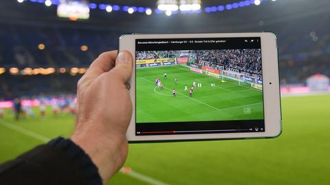 Mit den Abo-Anbietern lässt sich Fußball auch unterwegs auf dem Tablet anschauen