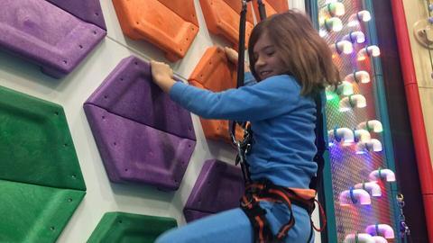 Eva-Lotte klettert im Clip'n Climb
