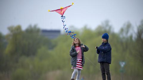 Drachen steigen lassen auf dem alten Flugplatz in Frankfurt Bonames
