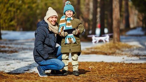 Ein Junge stuert mit seinem Vater eine Drohne