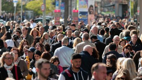 Menschen auf der Zeil in Frankfurt