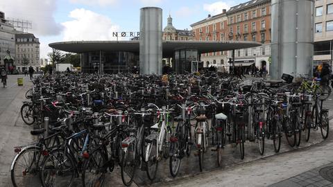 Jede Menge Fahrräder stehen an der U-Bahn Station in Kopenhagen
