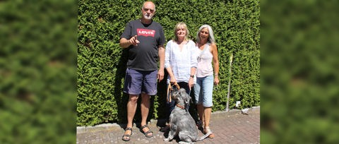 Familie Ross mit Schnautzer Luke